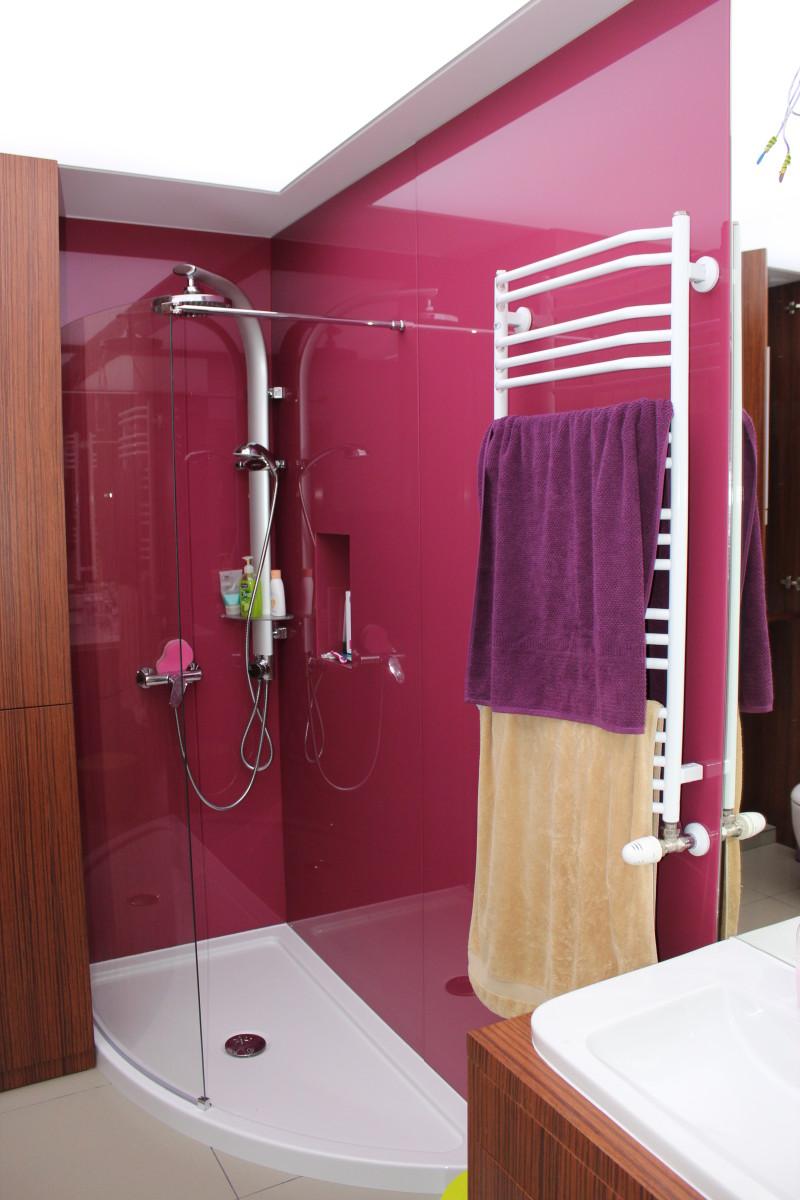 fornirowane meble łazienkowe i szkło hartowane na ścianach (1)