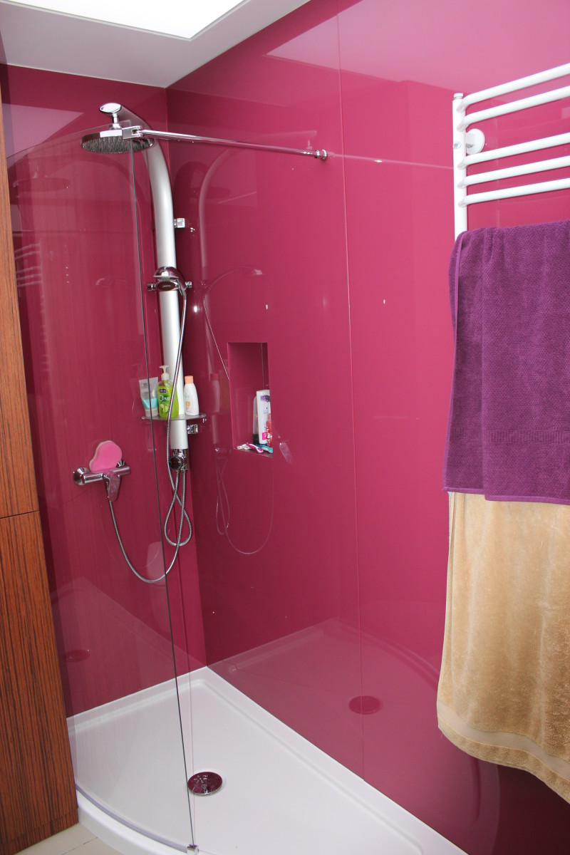 fornirowane meble łazienkowe i szkło hartowane na ścianach (2)