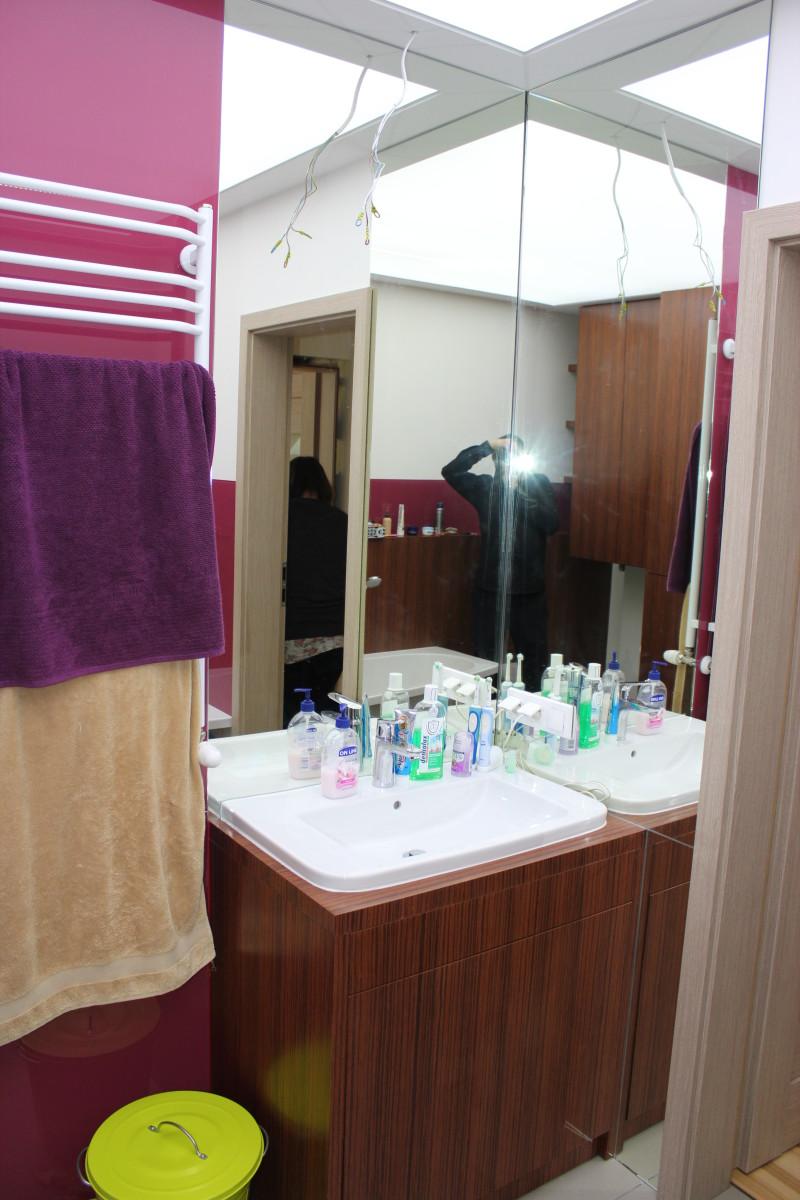 fornirowane meble łazienkowe i szkło hartowane na ścianach (3)
