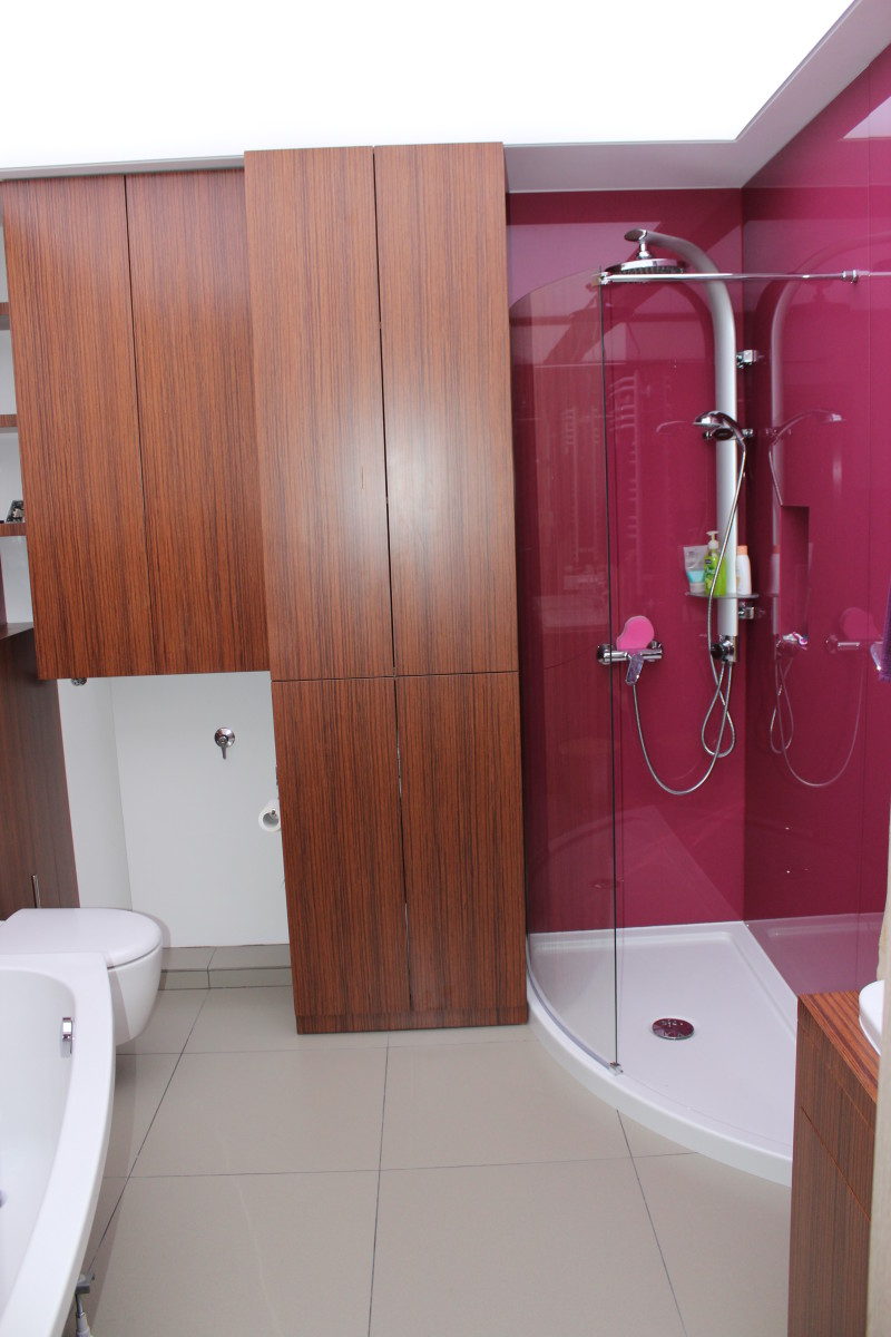 fornirowane meble łazienkowe i szkło hartowane na ścianach (4)