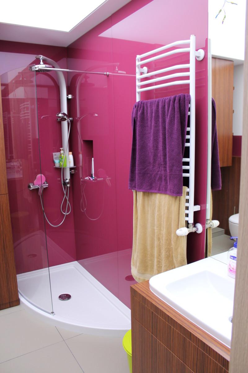 fornirowane meble łazienkowe i szkło hartowane na ścianach (5)