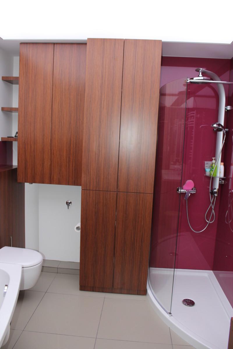 fornirowane meble łazienkowe i szkło hartowane na ścianach (6)