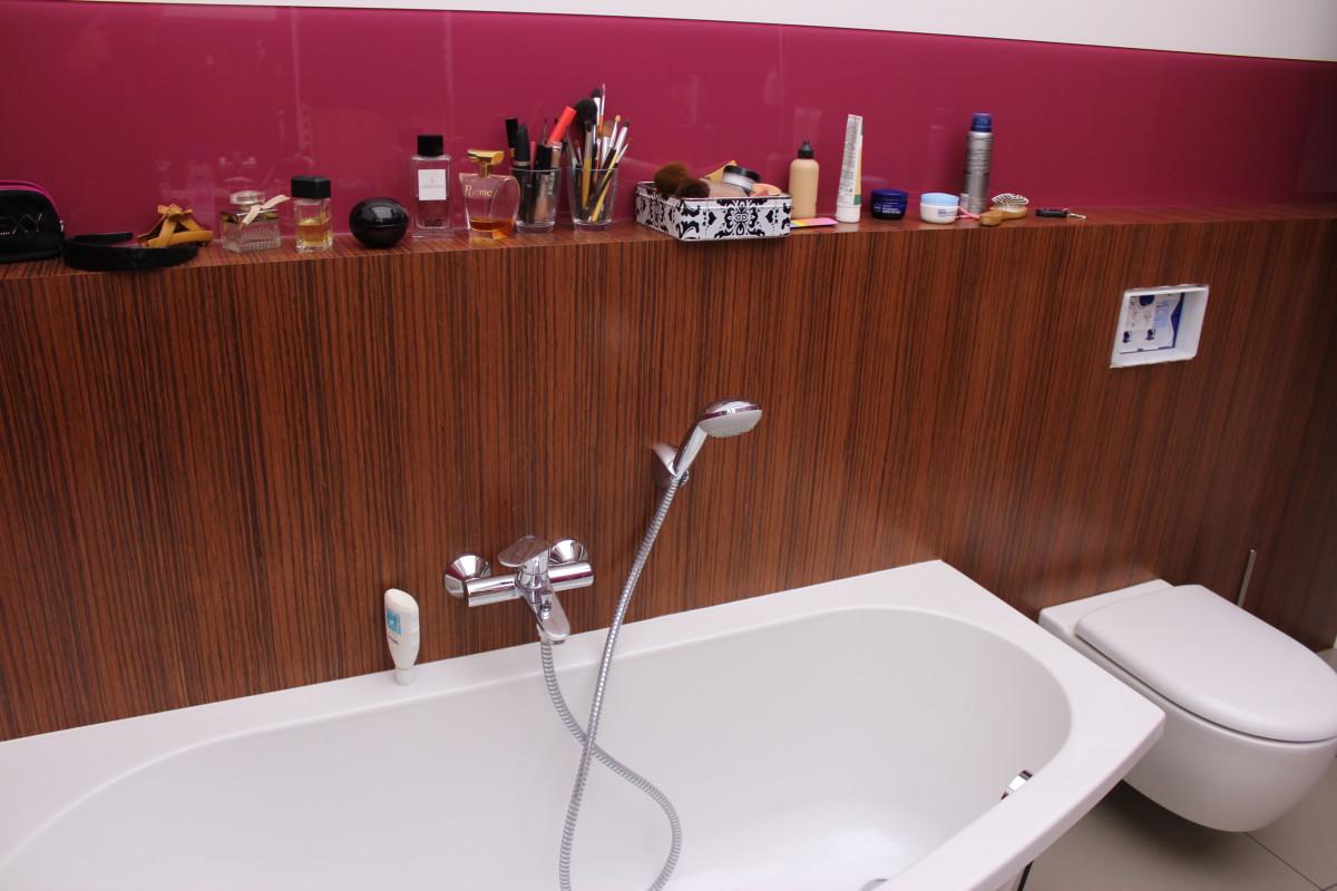 fornirowane meble łazienkowe i szkło hartowane na ścianach (7)