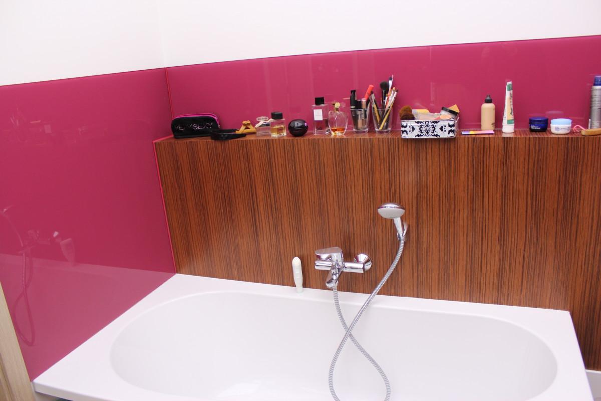 fornirowane meble łazienkowe i szkło hartowane na ścianach