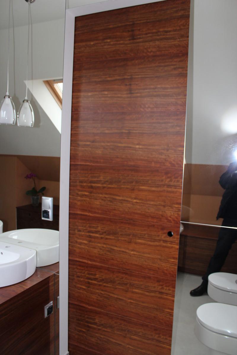 fornirowane meble łazienkowe i szkło hartowane na ścianie (1)