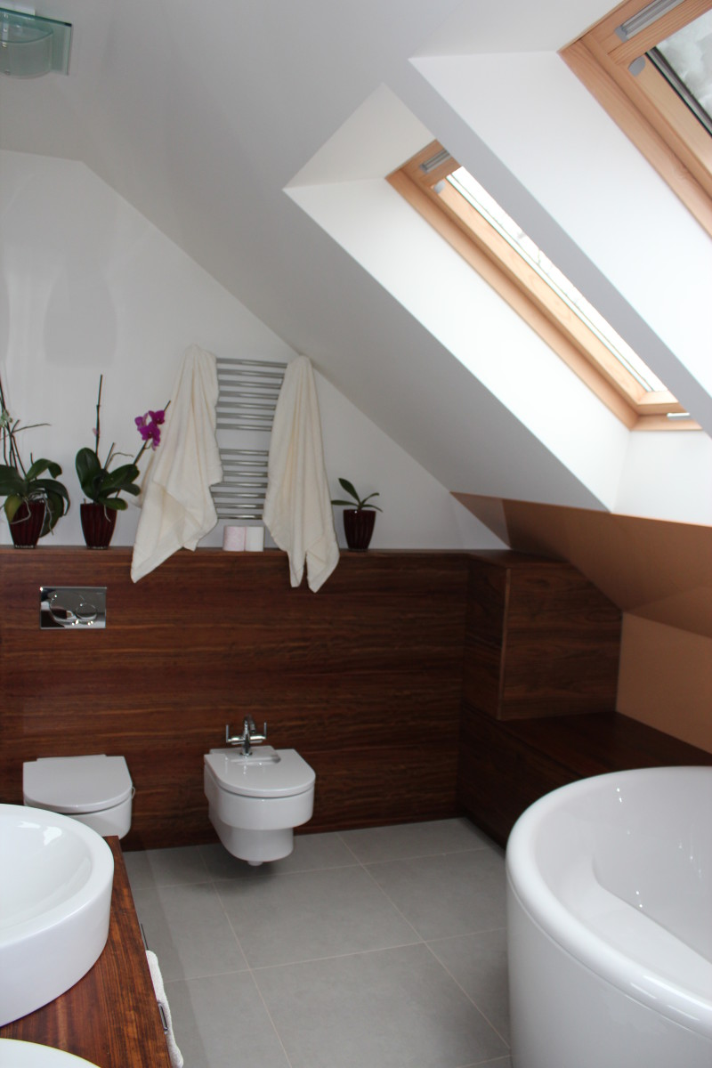 fornirowane meble łazienkowe i szkło hartowane na ścianie (10)