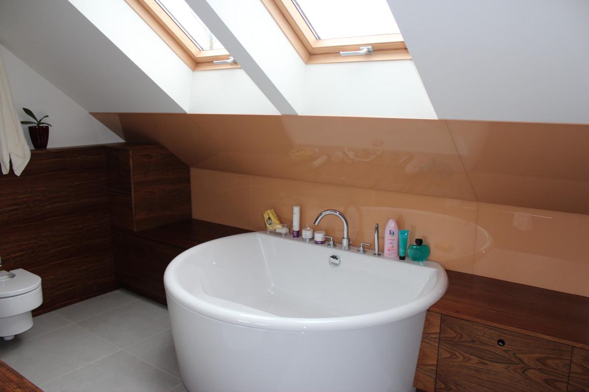 fornirowane meble łazienkowe i szkło hartowane na ścianie (11)
