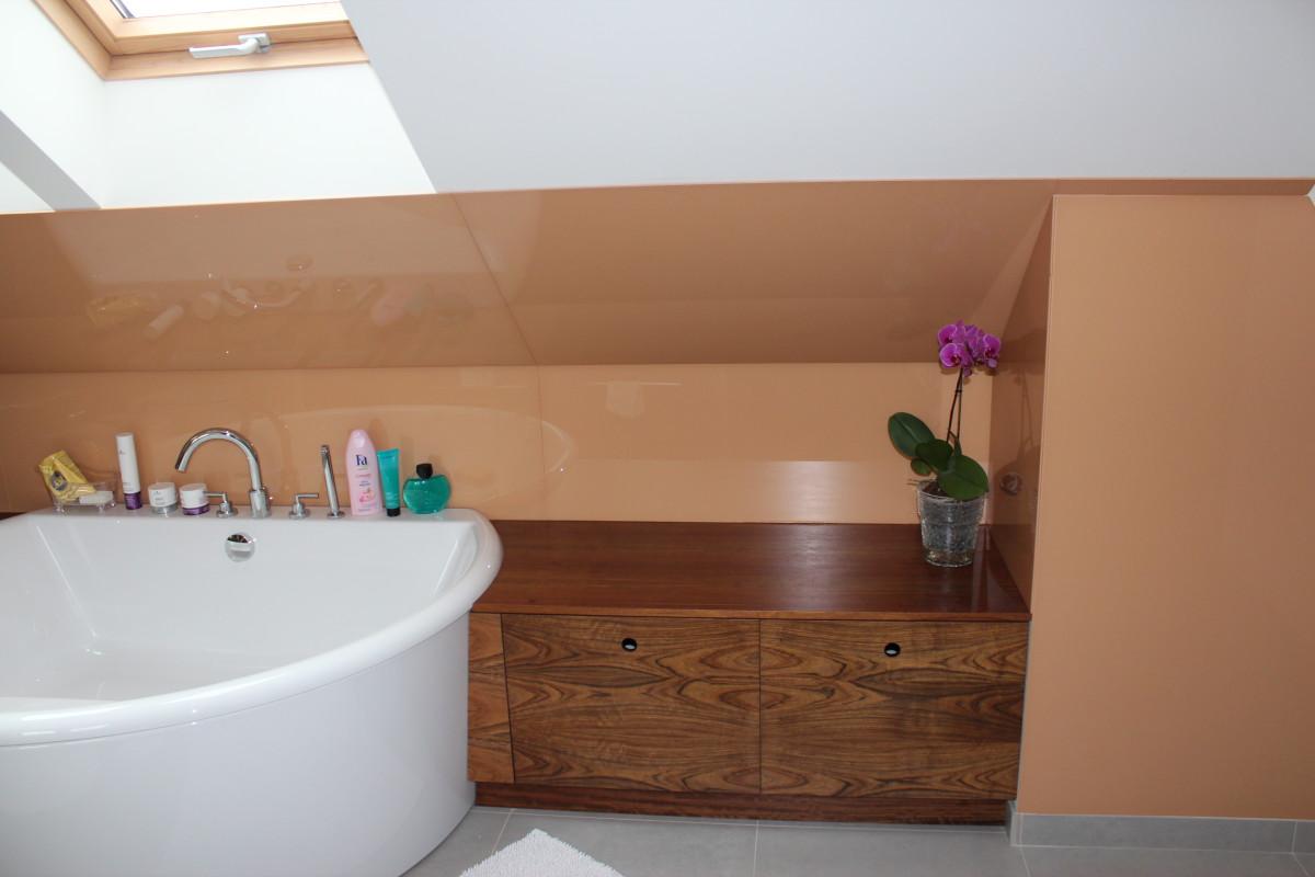fornirowane meble łazienkowe i szkło hartowane na ścianie (12)