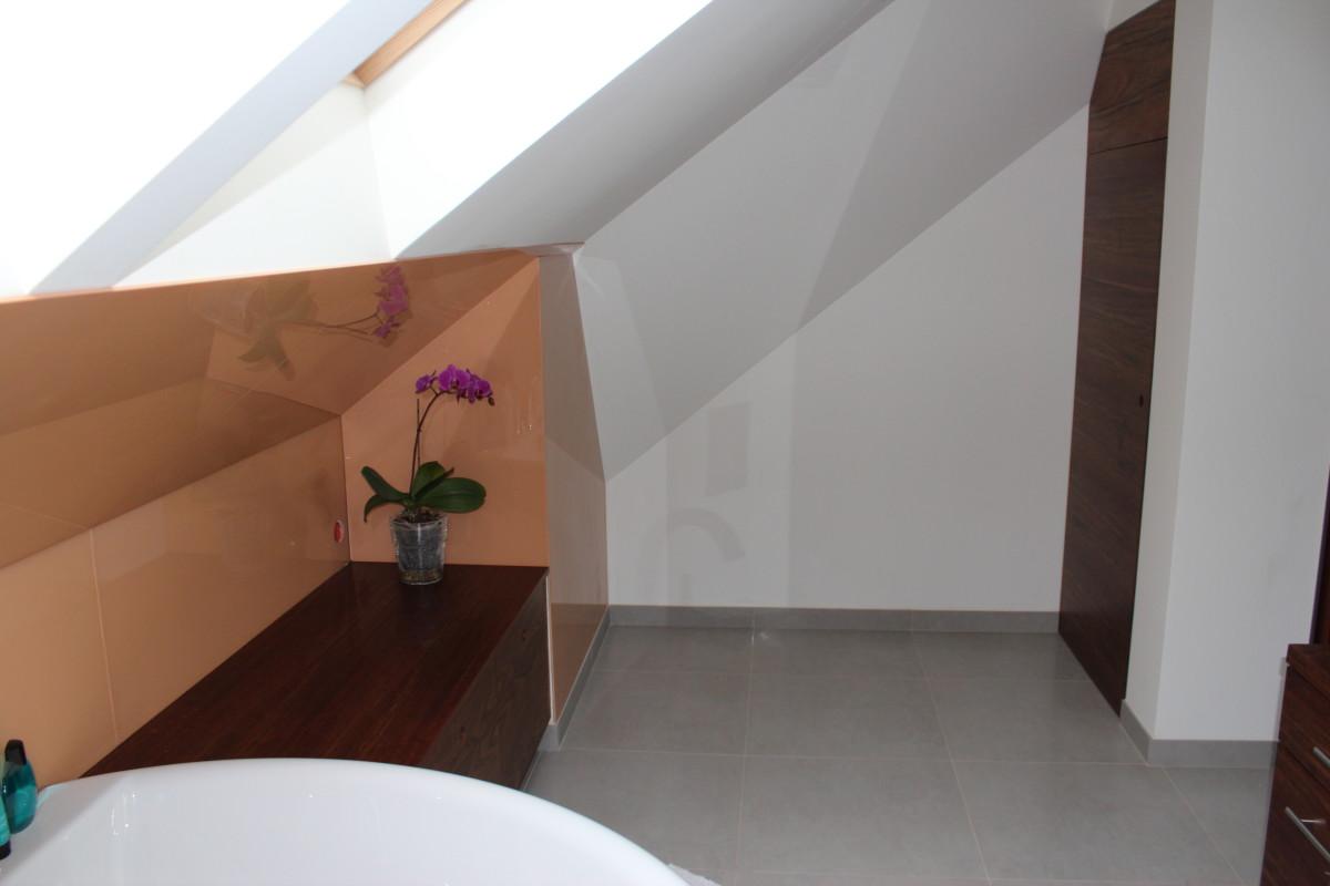 fornirowane meble łazienkowe i szkło hartowane na ścianie (13)