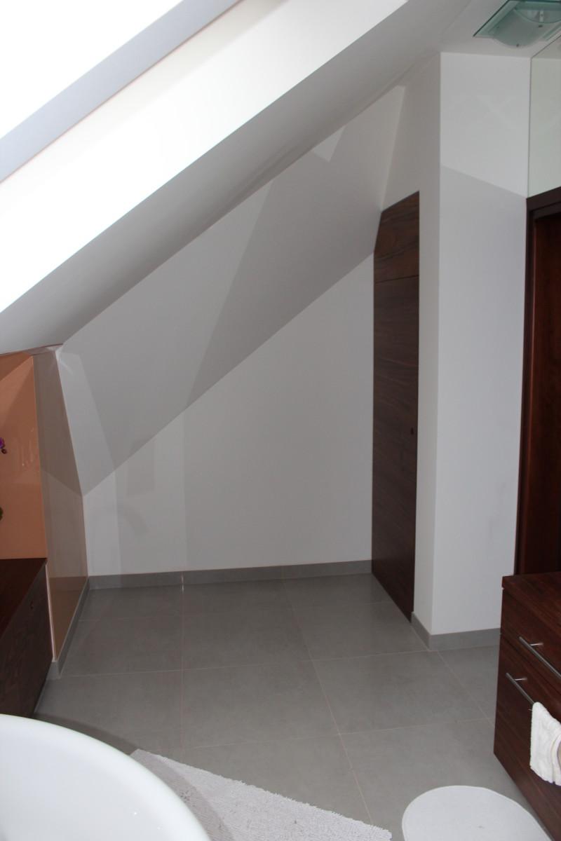 fornirowane meble łazienkowe i szkło hartowane na ścianie (14)