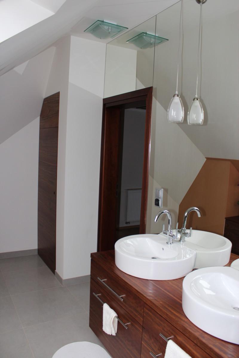 fornirowane meble łazienkowe i szkło hartowane na ścianie (15)