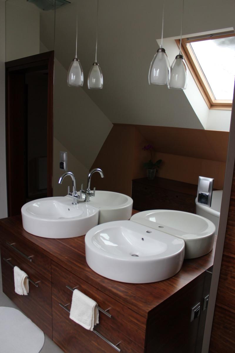 fornirowane meble łazienkowe i szkło hartowane na ścianie (16)