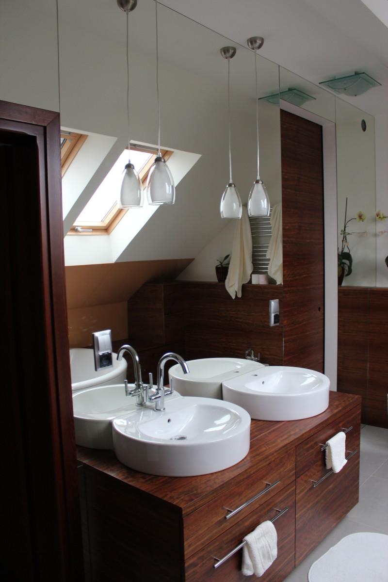 fornirowane meble łazienkowe i szkło hartowane na ścianie (2)