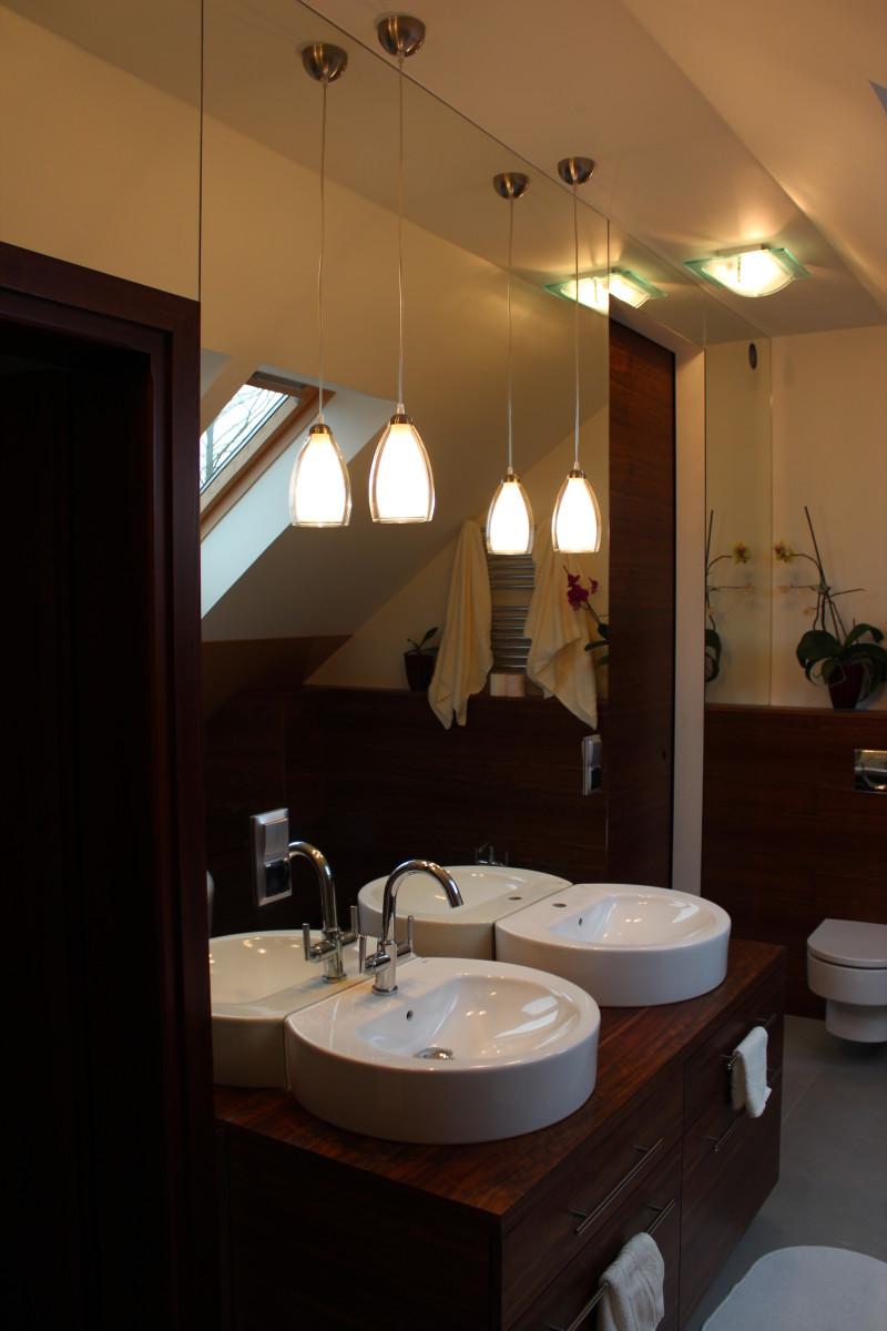 fornirowane meble łazienkowe i szkło hartowane na ścianie (4)