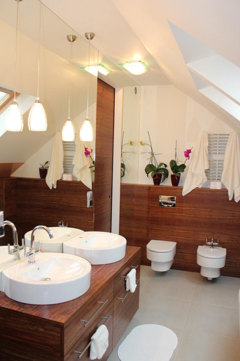 fornirowane meble łazienkowe i szkło hartowane na ścianie (5)