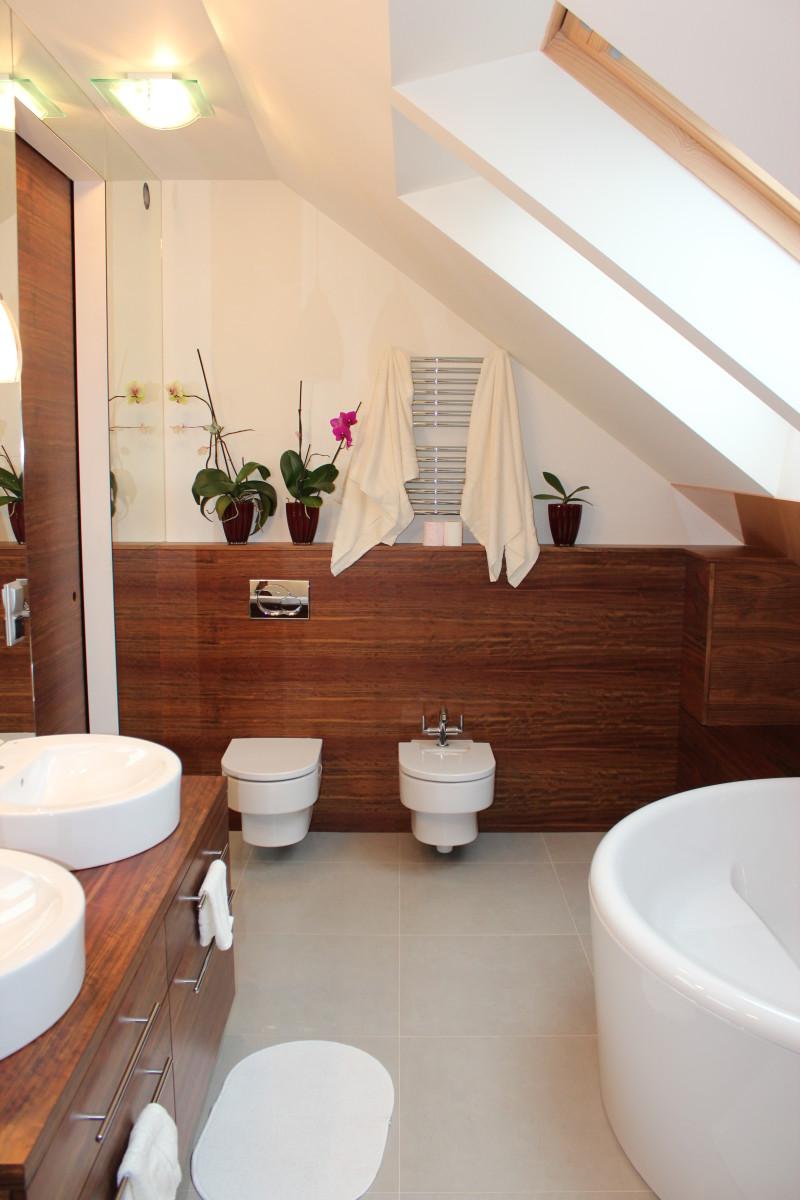 fornirowane meble łazienkowe i szkło hartowane na ścianie (6)