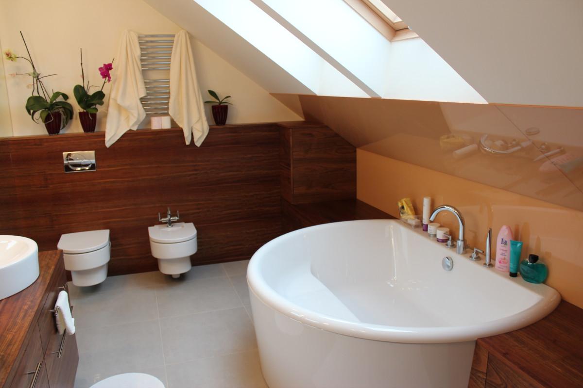 fornirowane meble łazienkowe i szkło hartowane na ścianie (7)
