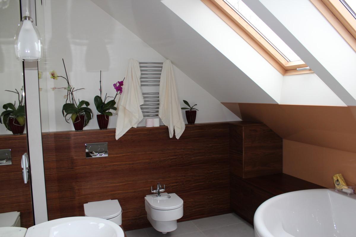 fornirowane meble łazienkowe i szkło hartowane na ścianie (8)