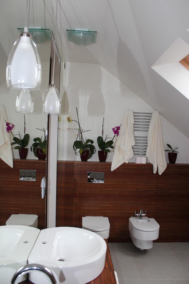 fornirowane meble łazienkowe i szkło hartowane na ścianie (9)