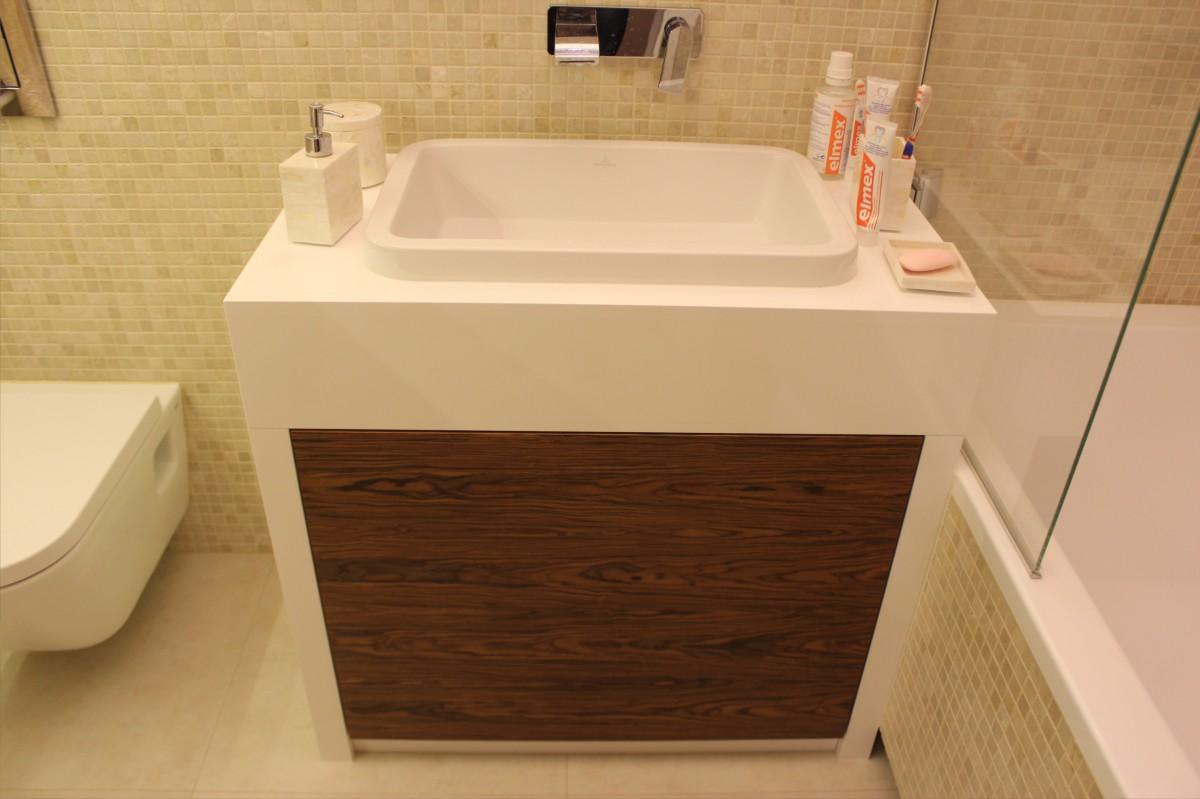 meble łazienkowe fornir z białym lakierem